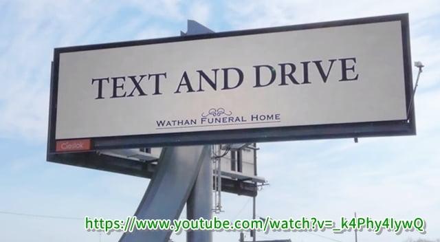 スマホ見ながら運転を促している看板?がカナダで話題に